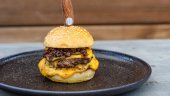 Rezept: Double Cheeseburger mit Bacon Jam und Smokey Tomato Chutney